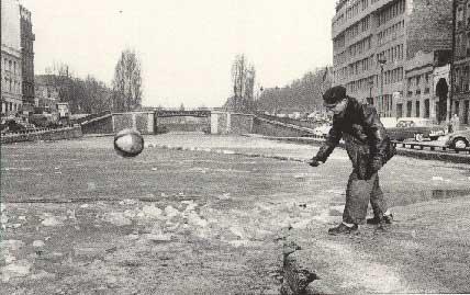 Février 1956: sur le canal St Martin, un éclusier casse la glace pour dégager l'écluse. cliché Universal photo.